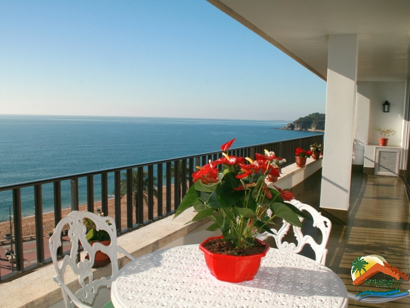 FANTASTIC PENTHOUSE IN THE FIRST LINE OF THE SEA WITH PARKING